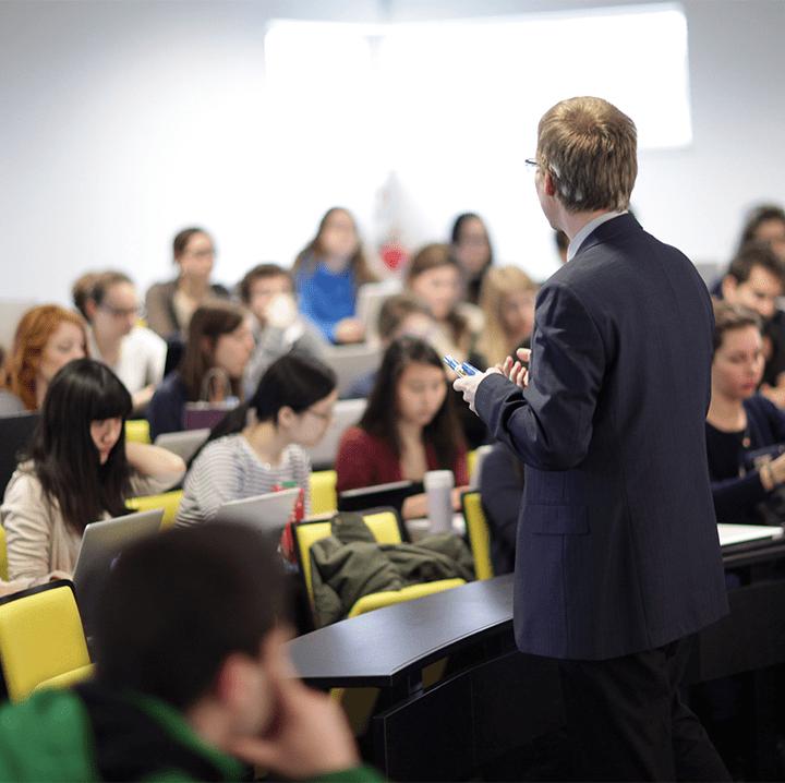 Professeur devant étudiants