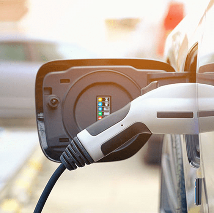 Prise branchée sur un véhicule électrique